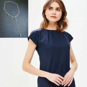 Сложный вырез на платье с драпировкой. Как выбрать украшение?